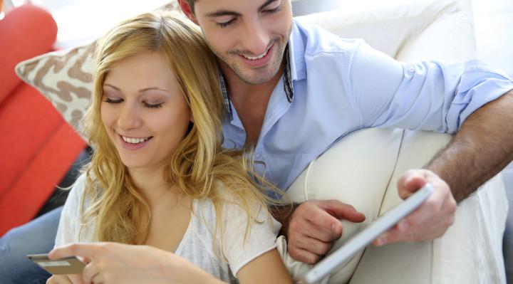 Paar beim Onlineshopping